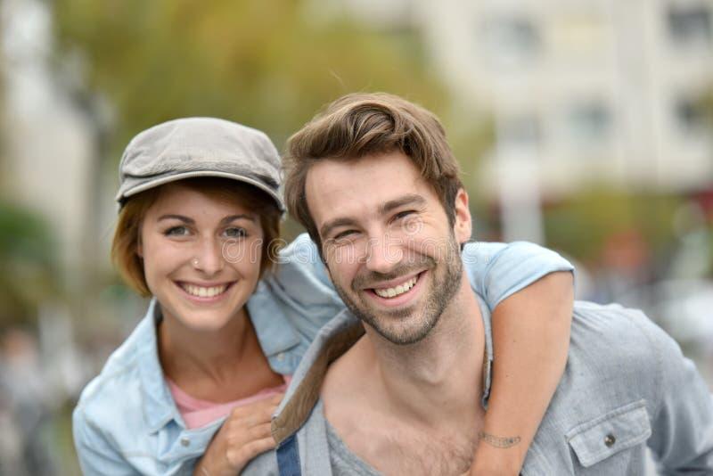 Πορτρέτο του χαρούμενου νέου χαμόγελου ζευγών στοκ φωτογραφία