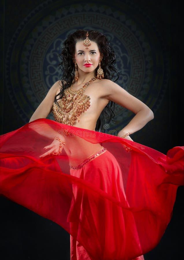 Πορτρέτο του χορευτή κοιλιών στο κόκκινο κοστούμι στοκ εικόνες