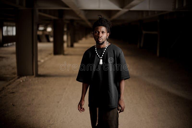 Πορτρέτο του όμορφου αμερικανικού ατόμου afro στοκ φωτογραφία με δικαίωμα ελεύθερης χρήσης