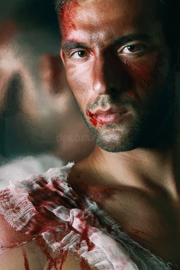 Πορτρέτο του όμορφου αρσενικού αιμορραγώντας ατόμου στα τζιν που prayin στοκ φωτογραφία με δικαίωμα ελεύθερης χρήσης