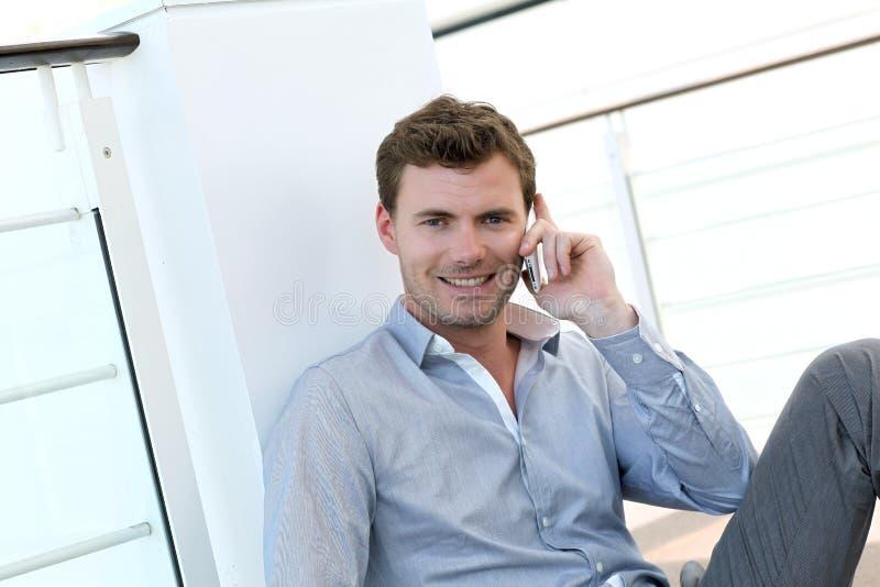 Πορτρέτο του όμορφου ατόμου που μιλά στο τηλέφωνο στοκ εικόνες με δικαίωμα ελεύθερης χρήσης