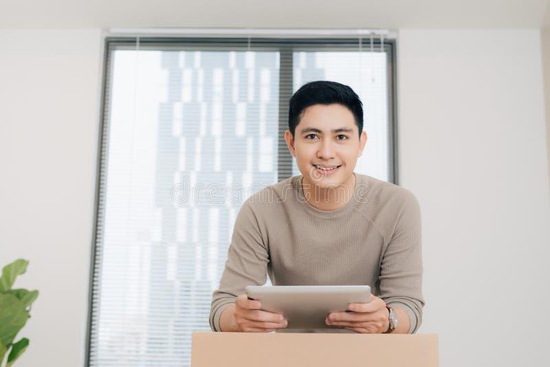 Πορτρέτο του όμορφου ατόμου που χρησιμοποιεί την ψηφιακή ταμπλέτα κατά τη διάρκεια να κινηθεί κατ' οίκον στοκ φωτογραφία με δικαίωμα ελεύθερης χρήσης