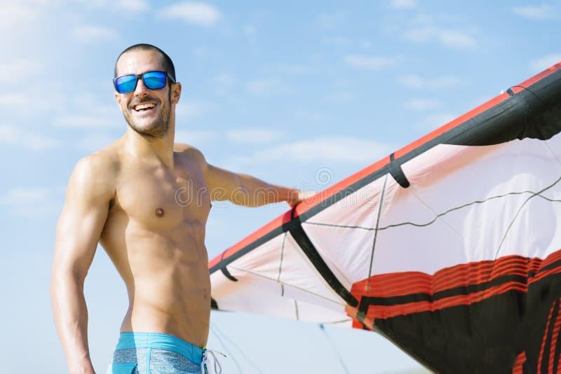 Πορτρέτο του όμορφου ατόμου kitesurfer στοκ εικόνες