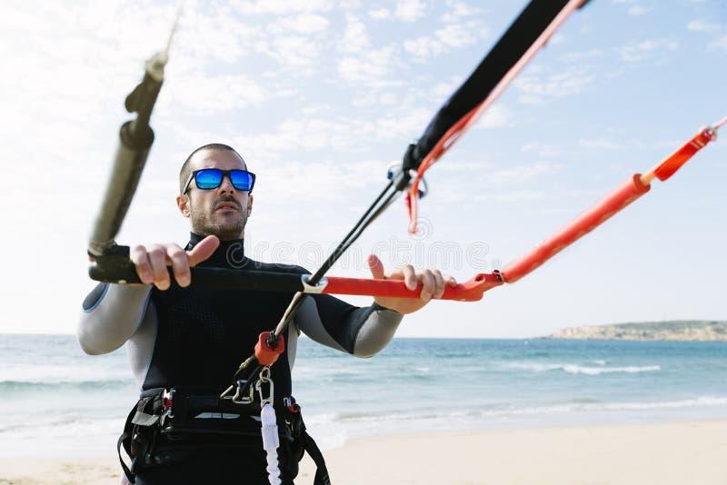 Πορτρέτο του όμορφου ατόμου kitesurfer στοκ εικόνα