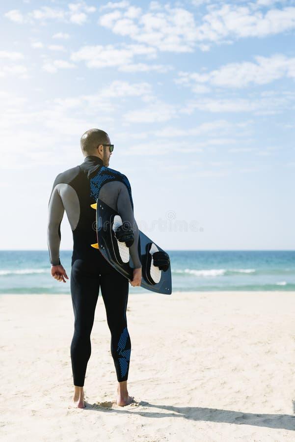 Πορτρέτο του όμορφου ατόμου kitesurfer στοκ φωτογραφίες