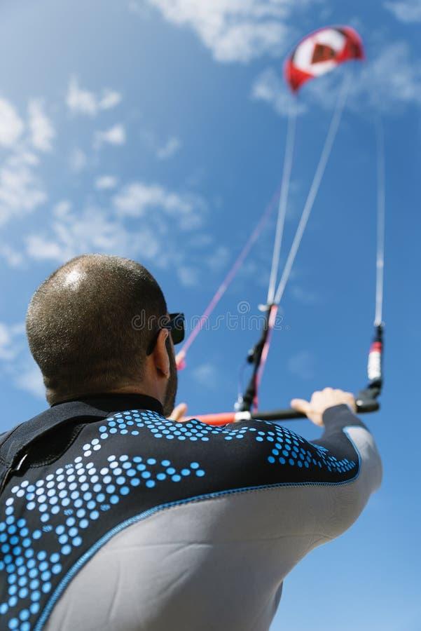 Πορτρέτο του όμορφου ατόμου kitesurfer στοκ εικόνες με δικαίωμα ελεύθερης χρήσης