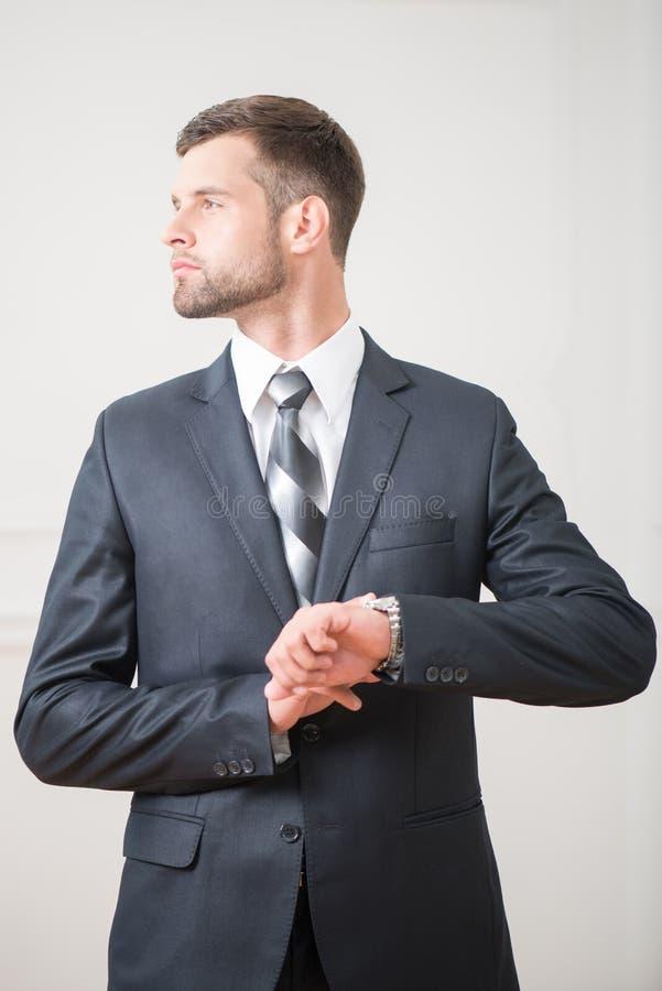 Πορτρέτο του όμορφου βέβαιου επιχειρηματία στοκ εικόνες