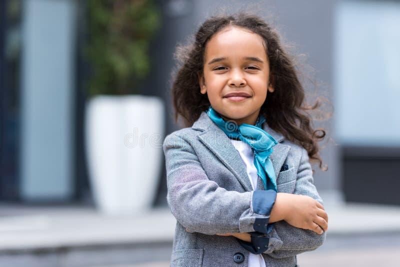 πορτρέτο του όμορφου βέβαιου κοριτσιού αφροαμερικάνων στοκ εικόνες