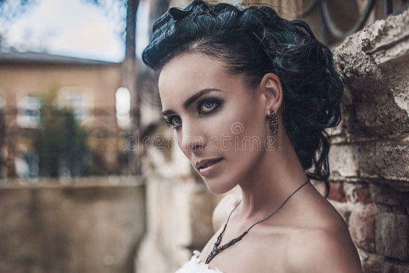 Πορτρέτο του όμορφου γαμήλιου προτύπου γυναικών νυφών brunette στοκ εικόνες