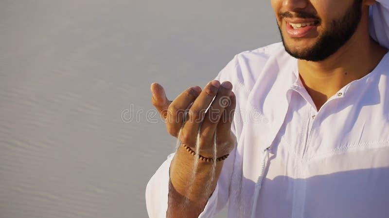 Πορτρέτο του όμορφου γελώντας αρσενικού εμιράτων στο αμμώδες agai ερήμων στοκ φωτογραφία με δικαίωμα ελεύθερης χρήσης