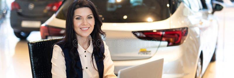 Πορτρέτο του όμορφου διευθυντή πωλήσεων που εργάζεται στο lap-top στοκ εικόνες