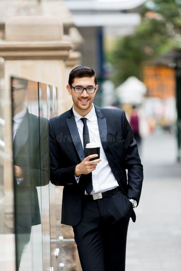 Πορτρέτο του όμορφου επιχειρηματία υπαίθριο στοκ φωτογραφία με δικαίωμα ελεύθερης χρήσης