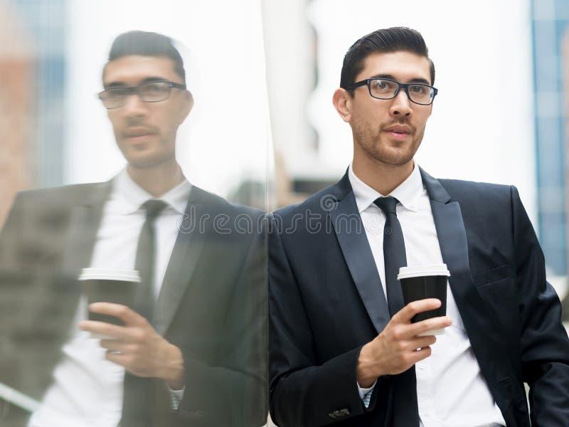 Πορτρέτο του όμορφου επιχειρηματία υπαίθριο στοκ φωτογραφίες