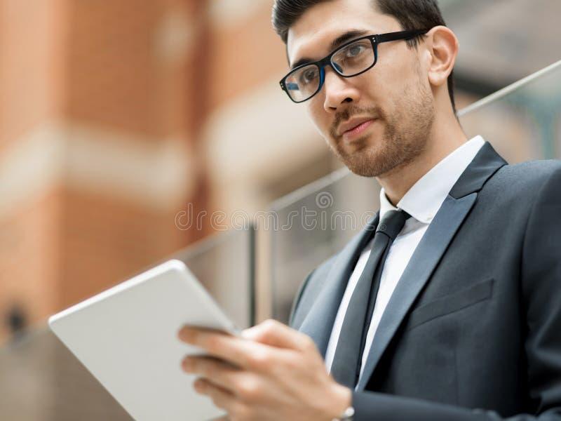 Πορτρέτο του όμορφου επιχειρηματία υπαίθριο στοκ φωτογραφίες με δικαίωμα ελεύθερης χρήσης