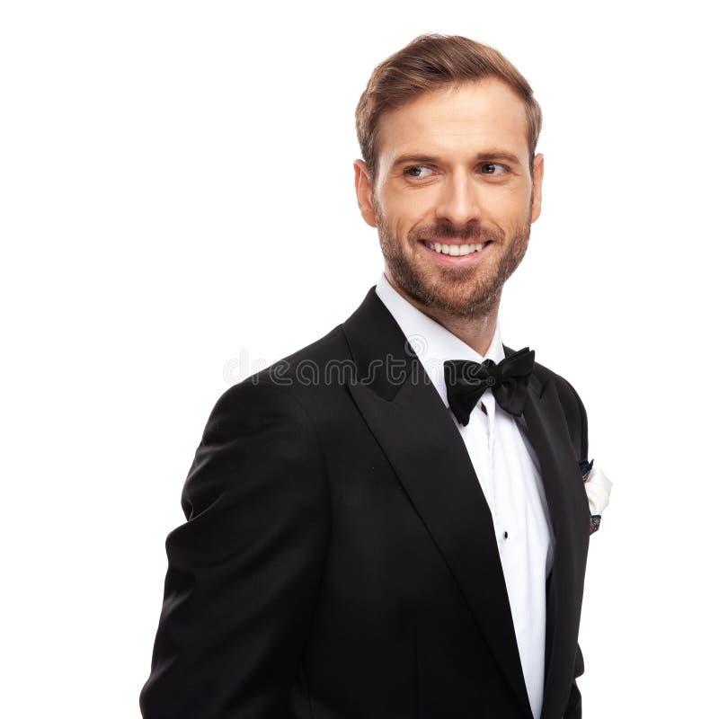 Πορτρέτο του όμορφου επιχειρηματία lookng στην πλευρά και το χαμόγελο στοκ φωτογραφίες