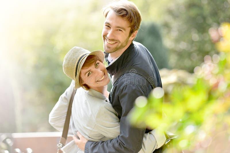 Πορτρέτο του όμορφου εύθυμου ζεύγους στο πάρκο στοκ φωτογραφία