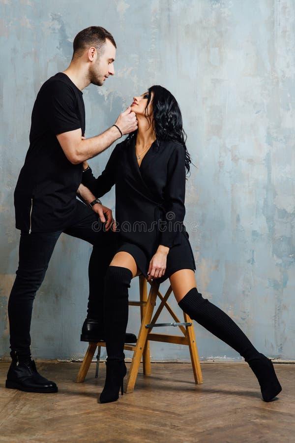 Πορτρέτο του όμορφου ζεύγους στη μόδα τζιν, χαμόγελο στοκ εικόνες