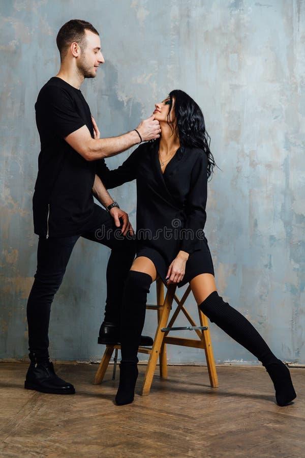 Πορτρέτο του όμορφου ζεύγους στη μόδα τζιν, χαμόγελο στοκ φωτογραφία