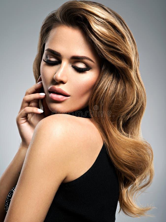 Πορτρέτο του όμορφου θηλυκού με τις ιδιαίτερες προσοχές στοκ φωτογραφία με δικαίωμα ελεύθερης χρήσης