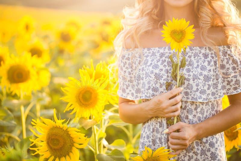 Πορτρέτο του όμορφου κοριτσιού με ηλίανθοι στοκ φωτογραφία με δικαίωμα ελεύθερης χρήσης