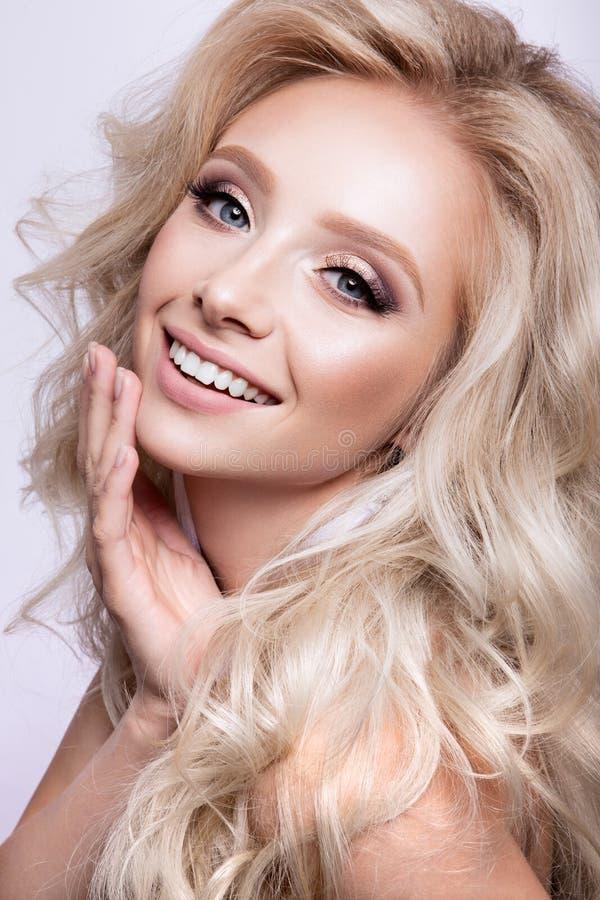 Πορτρέτο του όμορφου κοριτσιού με τα ελαφριά φυσικά χείλια και τα μπλε μάτια στοκ εικόνες με δικαίωμα ελεύθερης χρήσης