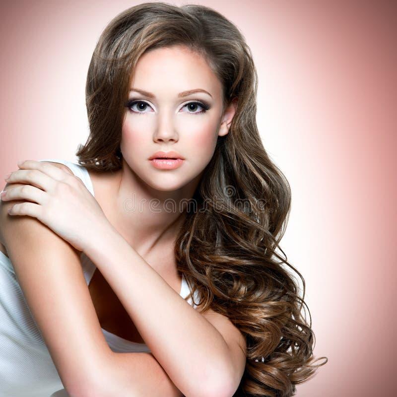Πορτρέτο του όμορφου κοριτσιού με τις μακριές σγουρές τρίχες στοκ εικόνα με δικαίωμα ελεύθερης χρήσης