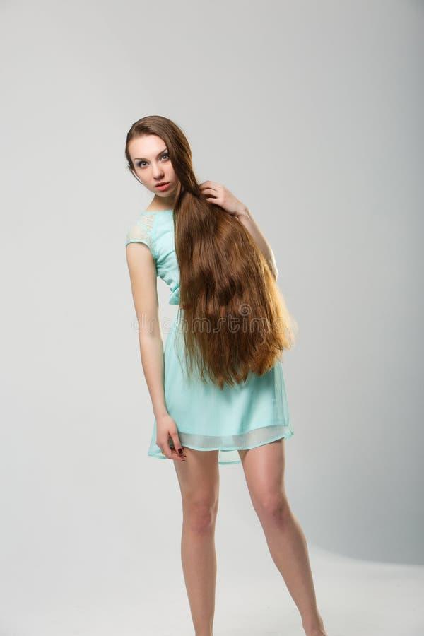 Πορτρέτο του όμορφου κοριτσιού με τον τέλειο μακρύ λαμπρό πυροβολισμό στούντιο ξανθών μαλλιών στοκ εικόνα με δικαίωμα ελεύθερης χρήσης