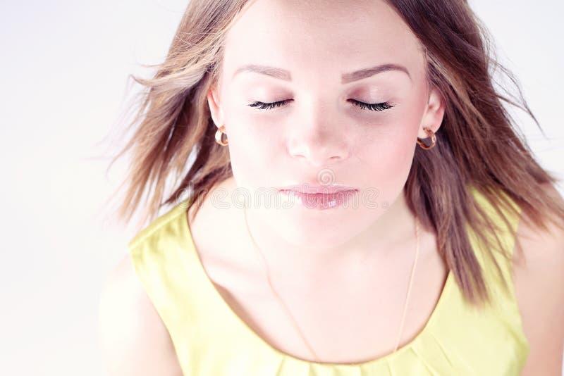 Πορτρέτο του όμορφου κοριτσιού με το κλείσιμο των ματιών στοκ εικόνα με δικαίωμα ελεύθερης χρήσης