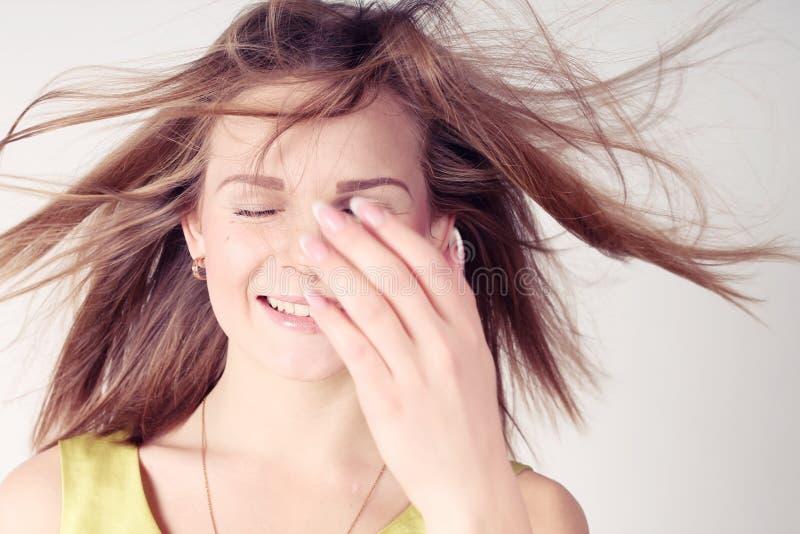 Πορτρέτο του όμορφου κοριτσιού με το κλείσιμο των ματιών στοκ φωτογραφία με δικαίωμα ελεύθερης χρήσης
