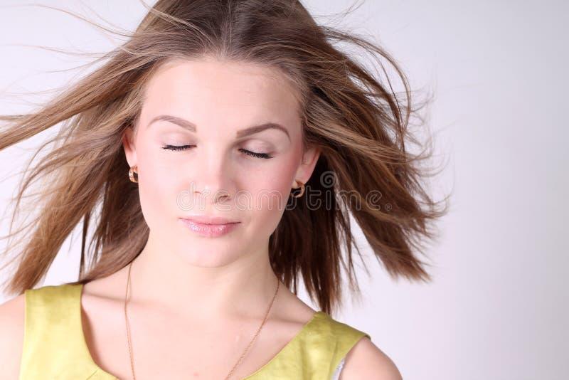 Πορτρέτο του όμορφου κοριτσιού με το κλείσιμο των ματιών στοκ εικόνα