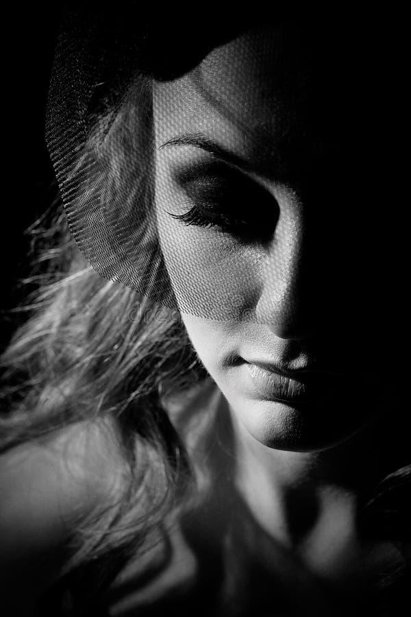 Πορτρέτο του όμορφου κοριτσιού με το πέπλο στοκ εικόνες