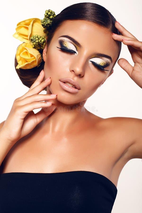 Πορτρέτο του όμορφου κοριτσιού με το φανταστικά makeup και το εξάρτημα στοκ φωτογραφία με δικαίωμα ελεύθερης χρήσης