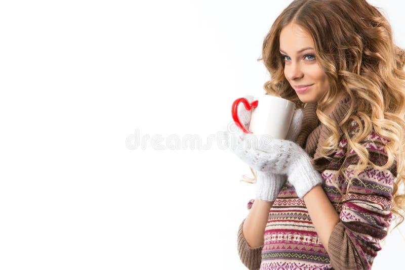 Πορτρέτο του όμορφου κοριτσιού με το φλυτζάνι στοκ φωτογραφίες με δικαίωμα ελεύθερης χρήσης