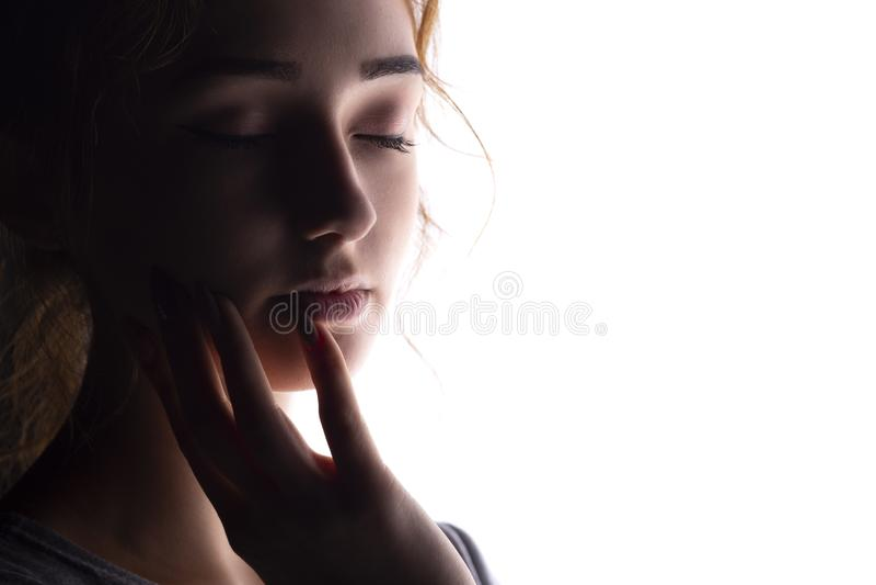 Πορτρέτο του όμορφου κοριτσιού, πρόσωπο γυναικών απομονωμένο στο λευκό υπόβαθρο, έννοια της ομορφιάς και μόδα στοκ φωτογραφίες