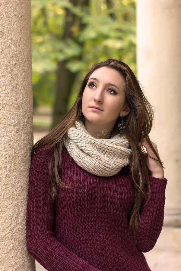 Πορτρέτο του όμορφου κοριτσιού σε ένα πάρκο που ανατρέχει στοκ φωτογραφίες με δικαίωμα ελεύθερης χρήσης