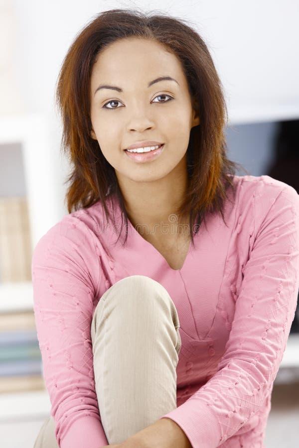 Πορτρέτο του όμορφου κοριτσιού στο σπίτι στοκ φωτογραφία