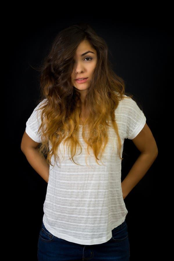 Πορτρέτο του όμορφου μακρυμάλλους νέου κοριτσιού στοκ εικόνες