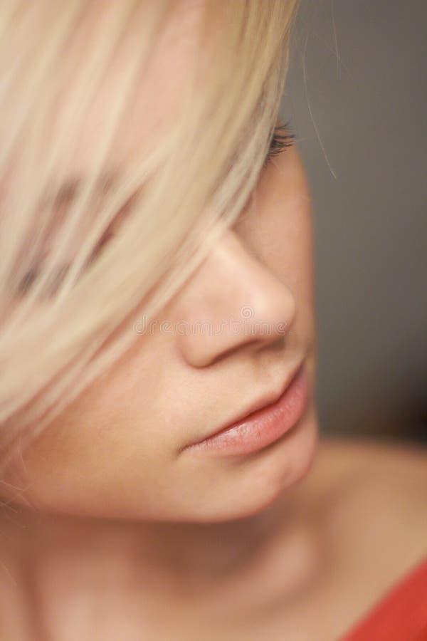 Πορτρέτο του όμορφου μοντέρνου ξανθού κοριτσιού με τα πράσινα μάτια κ στοκ εικόνες με δικαίωμα ελεύθερης χρήσης