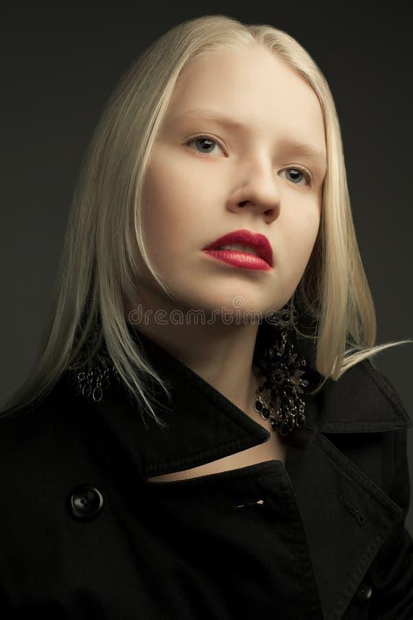 Πορτρέτο του όμορφου μοντέρνου προτύπου με τα φυσικά ξανθά μαλλιά στοκ φωτογραφίες