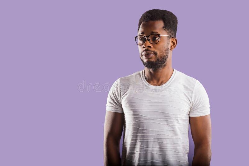 Πορτρέτο του όμορφου νέου ατόμου αφροαμερικάνων στοκ φωτογραφία