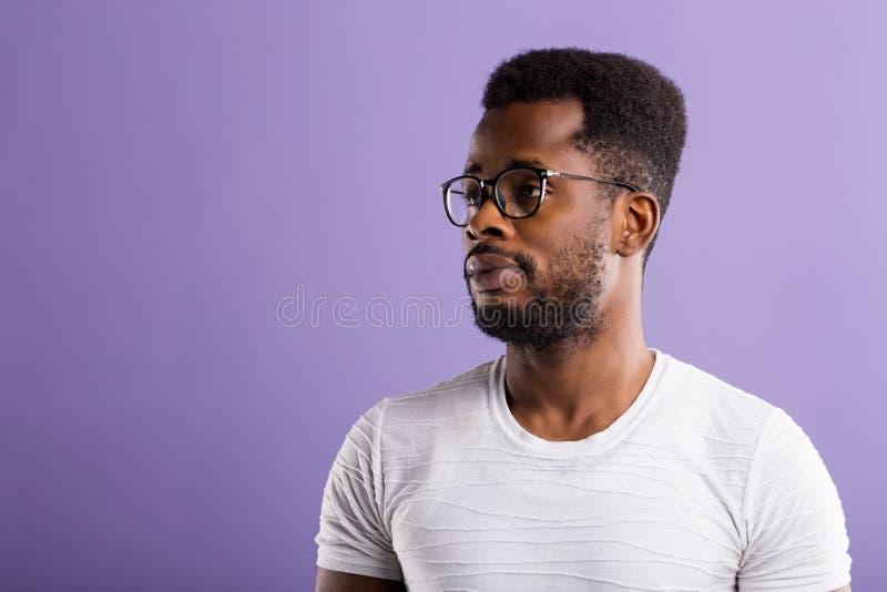Πορτρέτο του όμορφου νέου ατόμου αφροαμερικάνων στοκ φωτογραφίες