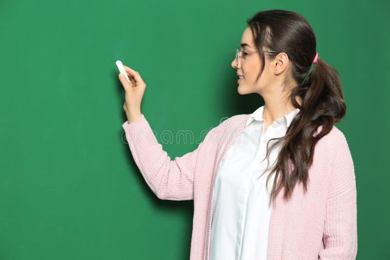Πορτρέτο του όμορφου νέου γραψίματος δασκάλων στοκ εικόνα