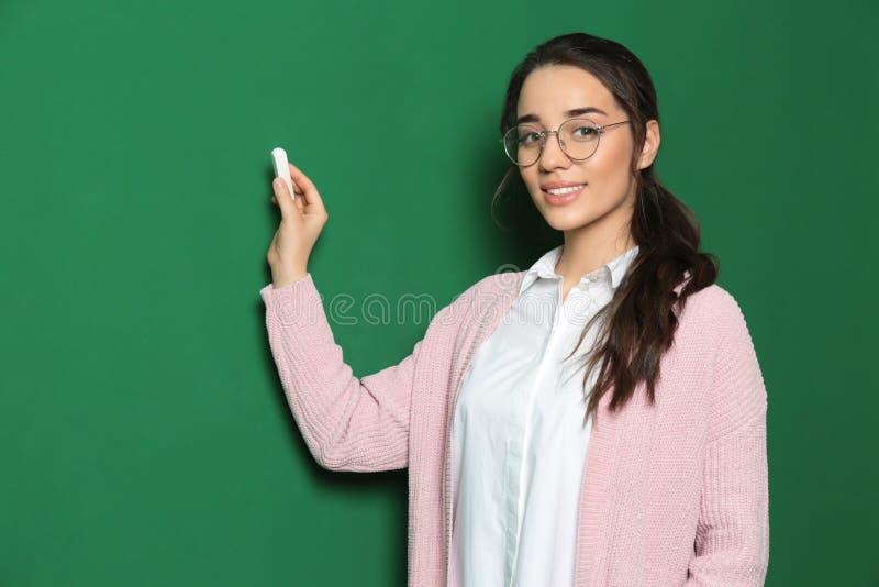 Πορτρέτο του όμορφου νέου δασκάλου στοκ εικόνες