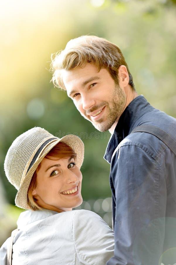 Πορτρέτο του όμορφου νέου ζεύγους στο πάρκο πόλεων στοκ εικόνες