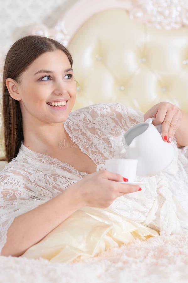 Πορτρέτο του όμορφου νέου καφέ κατανάλωσης γυναικών στοκ φωτογραφίες