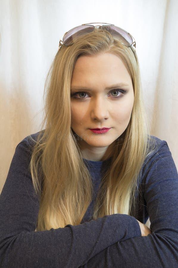 Πορτρέτο του όμορφου νέου ξανθού κοριτσιού στοκ εικόνες με δικαίωμα ελεύθερης χρήσης