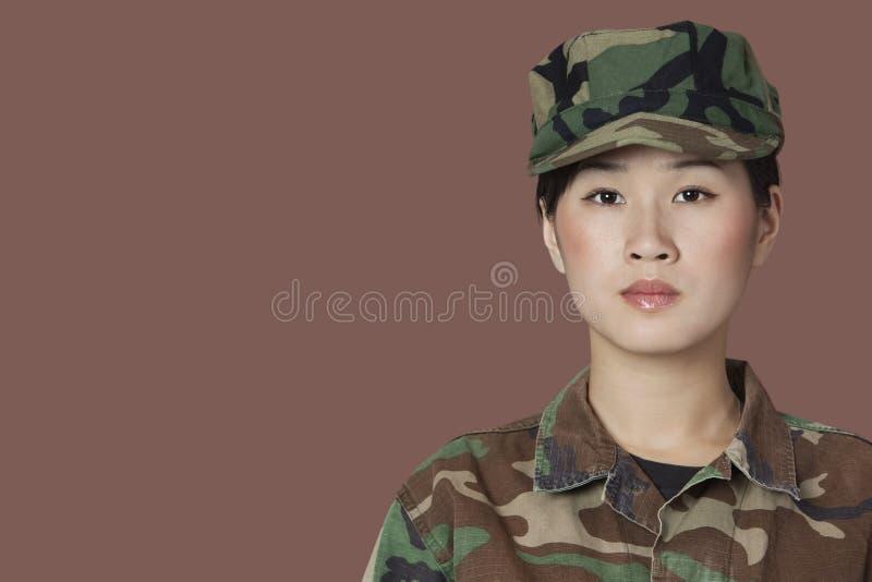 Πορτρέτο του όμορφου νέου στρατιώτη αμερικανικού Στρατεύματος Πεζοναυτών πέρα από το καφετί υπόβαθρο στοκ εικόνες