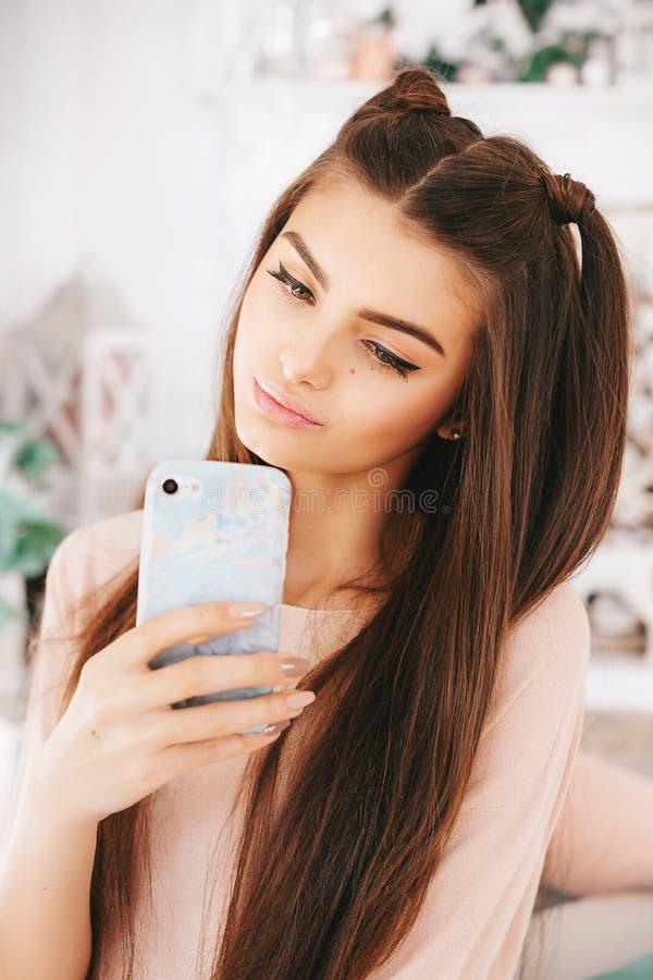 Πορτρέτο του όμορφου νέου brunette με στοκ φωτογραφία με δικαίωμα ελεύθερης χρήσης