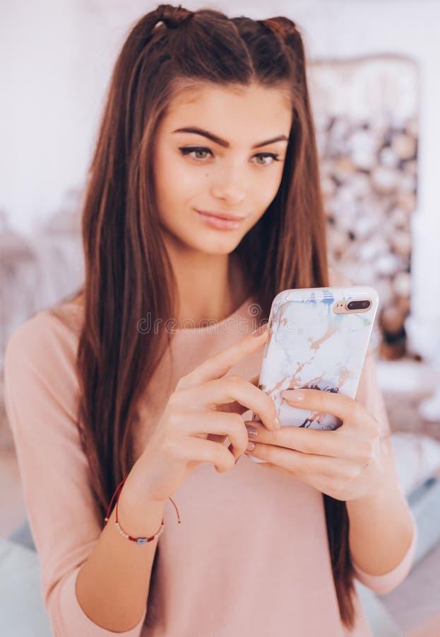 Πορτρέτο του όμορφου νέου brunette με στοκ εικόνες με δικαίωμα ελεύθερης χρήσης