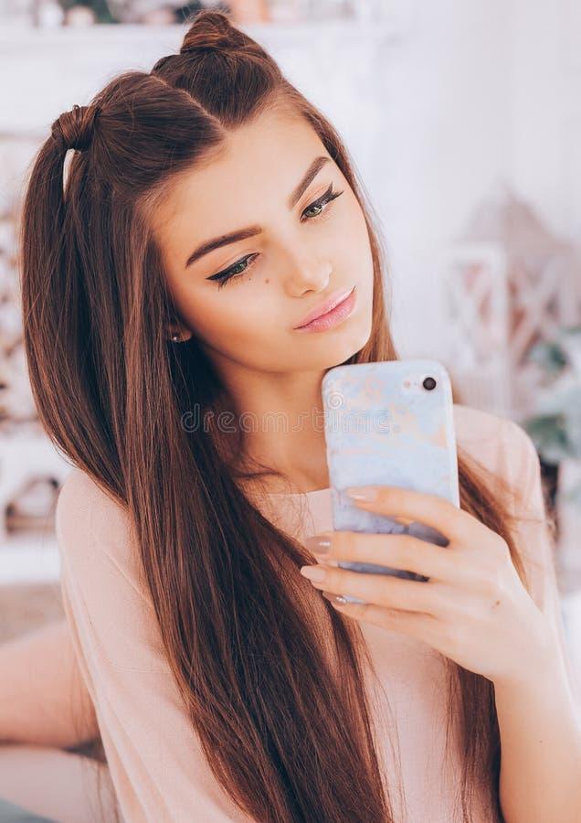 Πορτρέτο του όμορφου νέου brunette με στοκ εικόνες